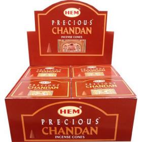 Weihrauchkegel säumen kostbaren Chandan